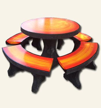 โต๊ะกลมกลางลายไม้
